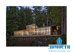 Длинный узкий дом в лесу
