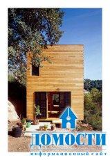 Прямоугольный деревянный дом в горах