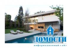 Асимметричный дом у высокого дуба