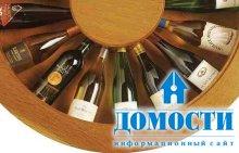Наполненный вином стол
