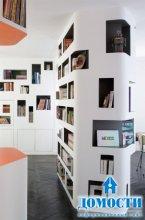 Стильный шкаф, огибающий стены