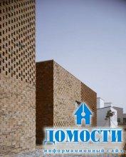 Кирпичный дом с прозрачными стенами