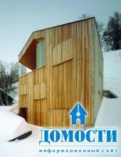 Дом среди заснеженных горных вершин