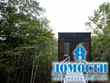 Деревянный дом, отражающий лес