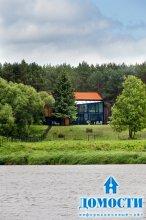 Асимметричный дом посреди леса