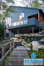 Компактный дом на склоне