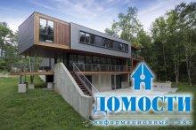 Экологичный дом с большими окнами
