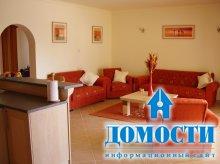 Интерьеры с красными диванами