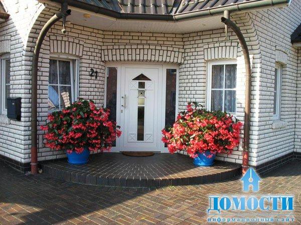 оформление входной двери цветами