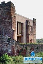 Современный дом внутри старого замка
