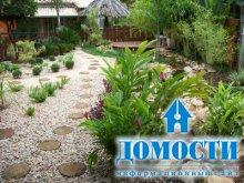 Детали уютного сада у дома
