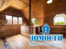 Небольшой загородный коттедж с деревянной отделкой